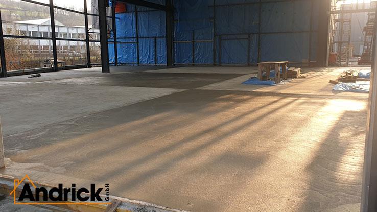 Herstellung einer Bodenplatte für Hallenbau mit Hartkorneinstreuung auf der Oberfläche