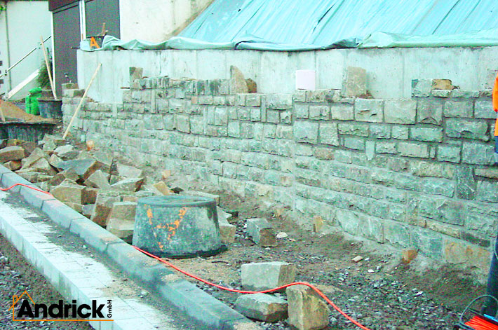 Mauer für Natursteinarbeiten vorher