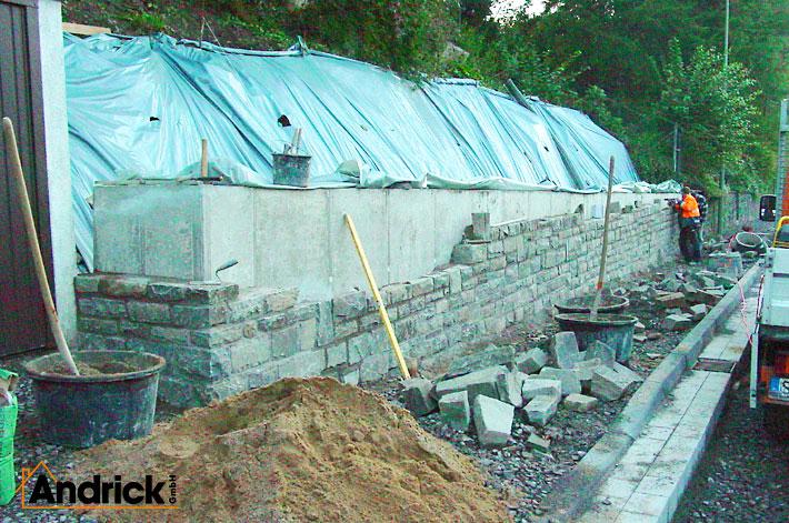Mauer für Natursteinarbeiten mit Bruchstein vorher